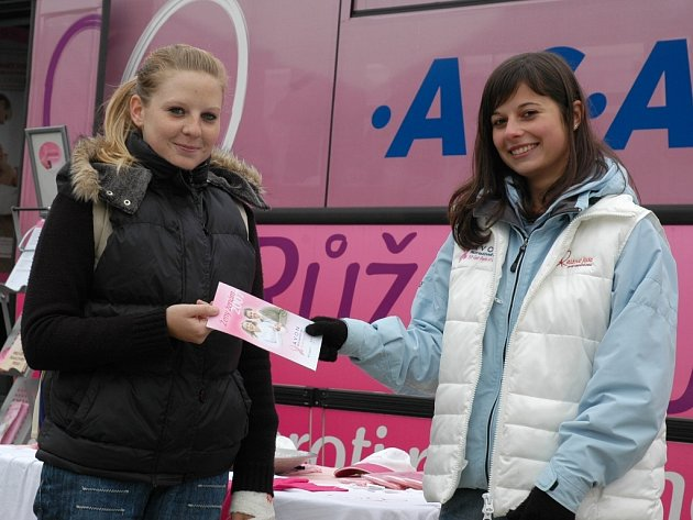 Návštěvnice akce si odnášely také informační leták. Na snímku ho Lucii Kopecké (vlevo) předává Dana Kuntová.