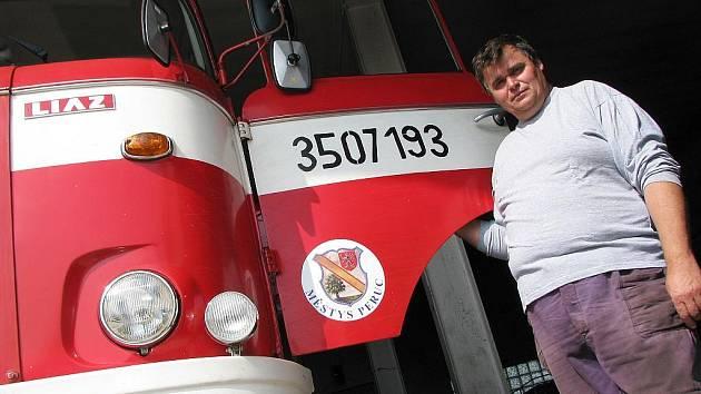 Václav Černý u trambusu.