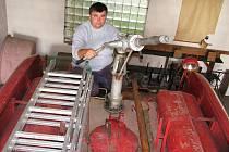 Václav Černý kontroluje v garáži zbrojnice vybavení jediného auta peruckých hasičů – Trambusu CAS 25. Tamní sbor usiluje o nové auto.