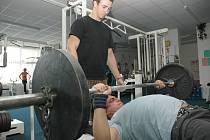 Činka je každodenním pomocníkem při tréninku žateckých siláků. Na snímku další část z tréninkové dávky ukusuje Petr Palacký, záchranu mu dělá juniorský mistr Evropy v kategorii do 67,5 kilogramů Jiří Olenjuk.