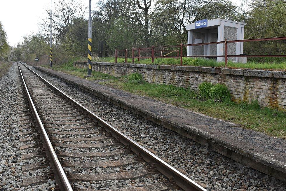 Železniční zastávka Deštnice.