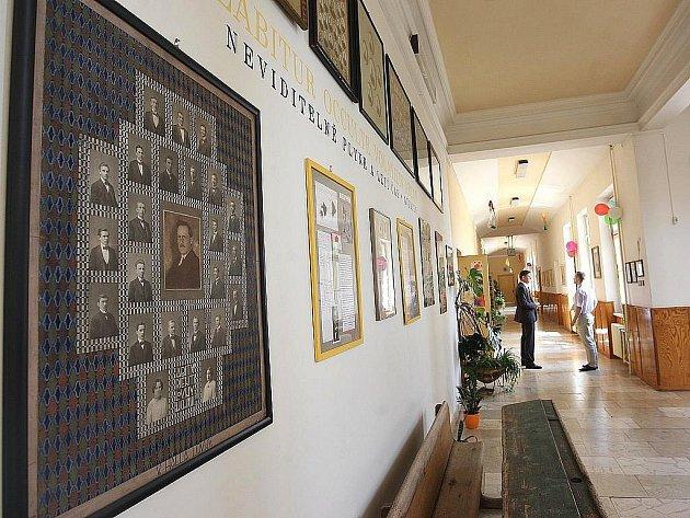Gymnázium V. Hlavatého v Lounech. Archivní foto