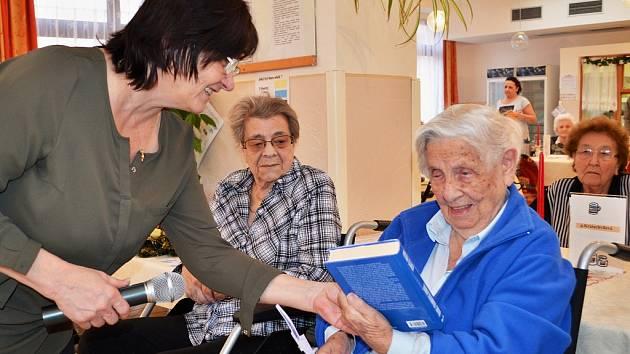 Knihy udělaly velkou radost babičkám a dědečkům v Domově pro seniory v Podbořanech