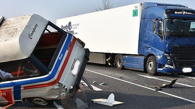 Střet dodávky a nákladního auta si vyžádal jeden lidský život.