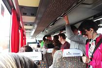 Foto od cestujících. Linka Praha - Žatec, 27.10. 2017, odjezd z Prahy v 16.40 hodin. Autobus nechal dokonce několik lidí v Praze na zastávce, nevešli se.
