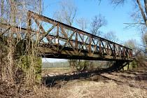 Železniční most přes záplavové území řeky Ohře u Koštic projde letos rozsáhlou rekonstrukcí.