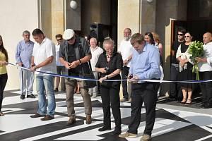 Slavnostní odhalení černobílé kompozice Zdeňka Sýkory před Vrchlického divadlem v Lounech