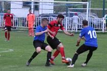 Domoušice (v červeném) braly zaslouženě dva body po penaltovém rozstřelu.