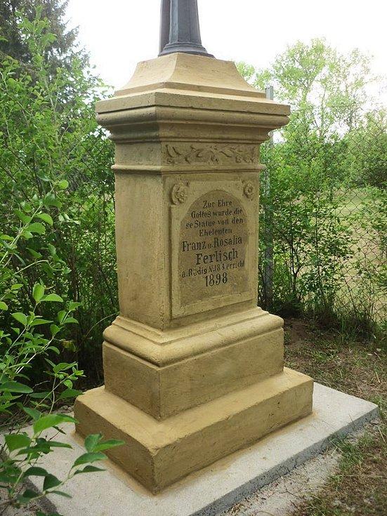 K hřbitovu ve Vroutku na Podbořansku se vrátil křížek z roku 1898.