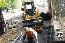 Radek Čermák opravuje chodníky v oblasti před Základní školou 28. října v Žatci.