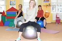 Ivana Záhořová (vpředu) vede cvičení budoucích maminek v prostorách centra Sedmikráska v Žatci. Přesně podle jejích rad se na míčích pohybují Kateřina Hájková (vlevo) a Andrea Motejzíková.