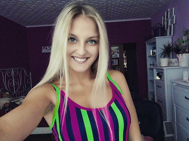 Helena Bartůňková z Postoloprt je mezi semifinalistkami soutěže Česká Miss. Její psi jsou jejím velkým koníčkem.