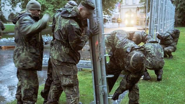 Vojáci ze žatecké posádky pomáhají v Praze při stavbě protipovodňových bariér