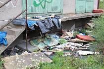 Na dohled od lounského vlakového nádraží je nepořádek a příbytek bezdomovců.
