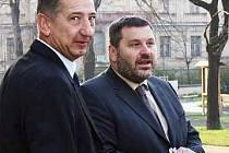 Před soudem spolu, politicky stojí každý v jiné straně. Obhájce Jan Růžek (vlevo) zastupuje Alexandra Nováka před chomutovským soudem. Novák je podezřelý z přijmutí úplatku.