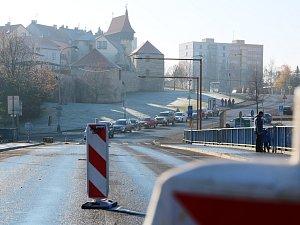 Dopravní omezení na mostě Veslařů v Lounech