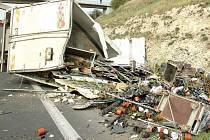 Nehoda dvou kamionů a osobního vozu uzavřela obchvat Loun
