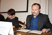 Primátor Chomutova Jan Mareš a starostka Žatce Zdeňka Hamousová podepisují dopis, žádající dostavbu R7