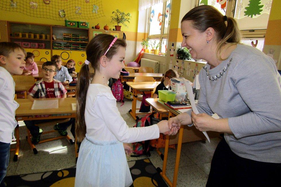 Předávání pololetních vysvědčení v 1.A a 1.B ZŠ P. Bezruče v Žatci