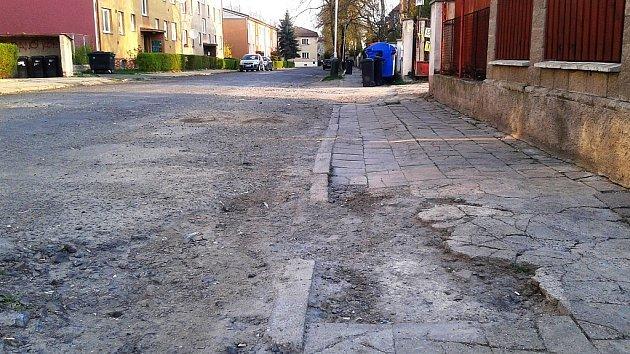 Ulice Bratří Čapků vŽatci ještě před začátkem oprav na archivním snímku zroku 2015