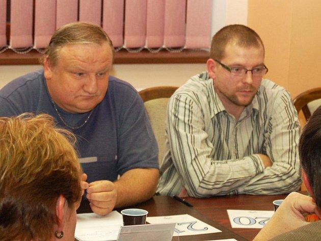 Zastupitelé Jaromír Vápeník (vlevo) a Petr Chládek na jednání v Postoloprtech.