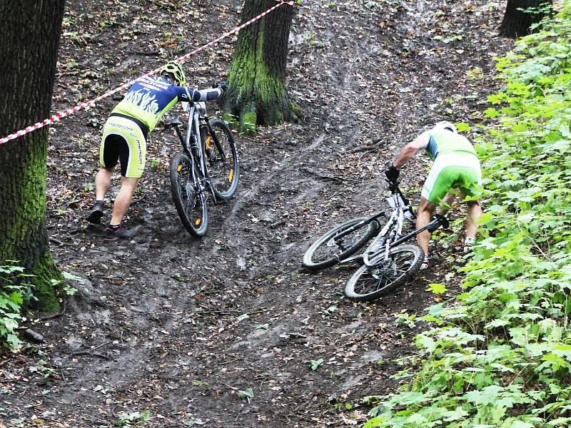 Akce Žatecký cyklista lákala děti, ale i dospělé sportovce, pro které byla připravena těžká blátivá trať plná strmých stoupání i obávaných sjezdů.