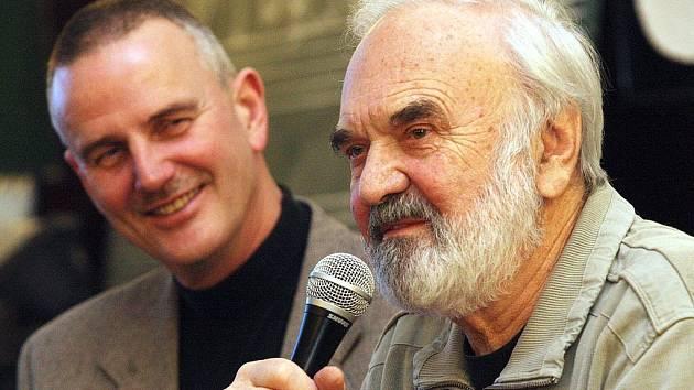 Zdeněk Svěrák a ředitel gymnázia v Žatci Miroslav Řebíček při besedě ve škole.