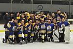 Hokejisté Klášterce (v modrém) zvládli v Lounech třetí finálový duel a zaslouženě mohli slavit prvenství v lize Ústeckého kraje.