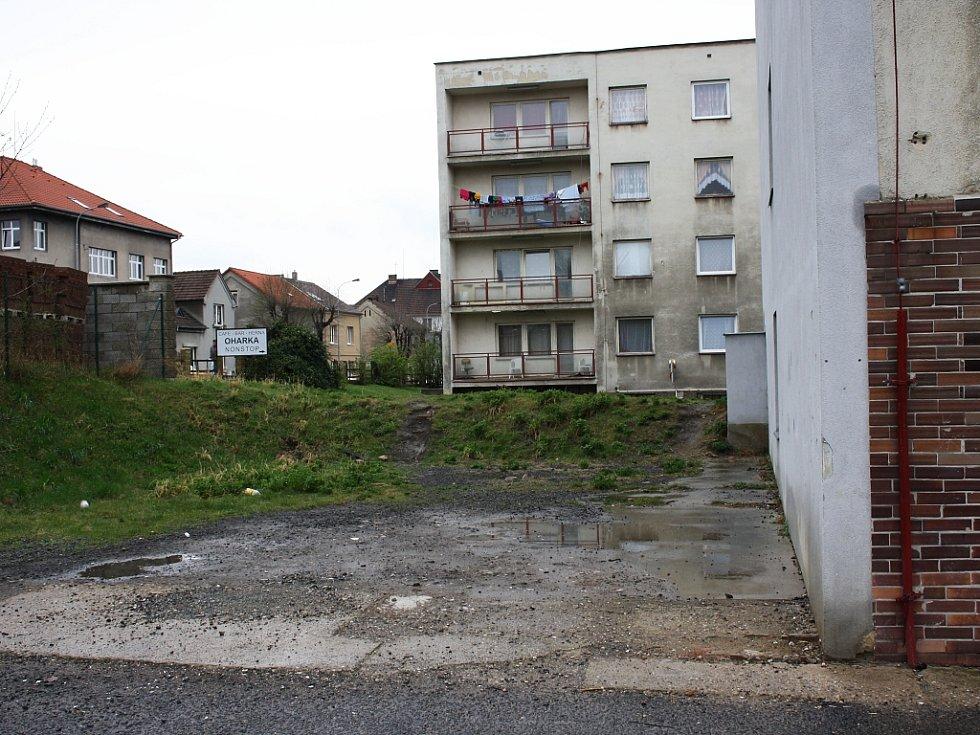 Po zřícené části budovy zbylo prázdné místo.