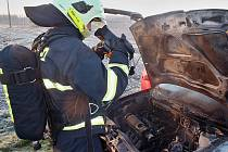 Požár osobního auta na LPG mezi Trnovany a Stekníkem