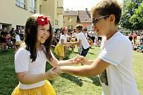 Slavnost v zahradě družiny ve škole Petra Bezruče v Žatci
