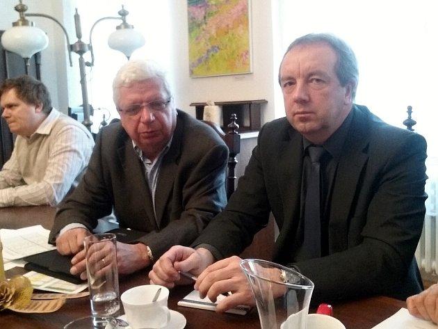 MUDr. Ilja Deyl, ředitel krajské ZZS (vlevo), a náměstek Bc. Petr Bureš při jednání na radnici vLounech.