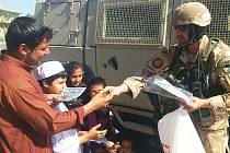 Vojáci rozdávají afghánským dětem plyšáky, omalovánky a pastelky
