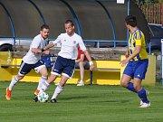 Fotbalisté Dobroměřic (v bílém) vykřesali jiskřičku naděje na záchranu, když nasázeli rezervě Litoměřicka pět branek.