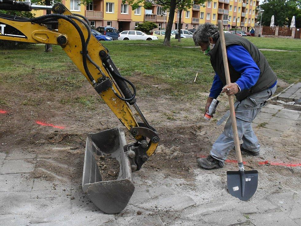 Přeložkou vedení elektrické energie začala v Žatci výstavba nového parkoviště na sídlišti Jih. Vyroste na místě bývalého hřiště před restaurací Cihelna. Nabídne čtyřicítku parkovacích míst, kterých je nyní v této lokalitě nedostatek. Hotové by mělo být na