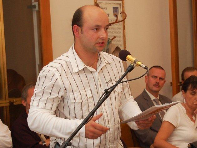 David Odenthal žádá o prodloužení termínu a odpuštění pokuty na říjnové schůzi zastupitelstva v Žatci.