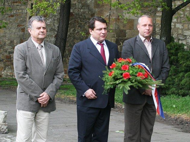 Jiří Paroubek (uprostřed) v doprovodu Jana Čermáka (vlevo), místostarosty Loun.