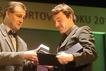 Šéfredaktor Žateckého a lounského deníku Libor Želinský (vlevo) předává cenu Kamilovi Ausbuherovi, který byl uveden do síně slávy.