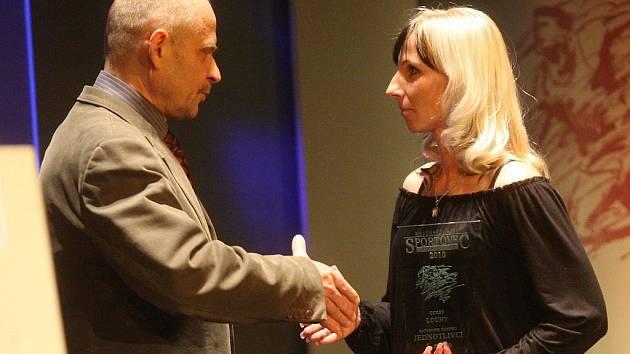 Hana Nachtigalová přebírá cenu za první místo v kategorii dospělí jednotlivci z rukou Radovana Šabaty.