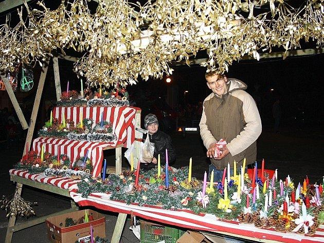 Jaroslav Kraml a Roman Brůna (vpravo) prodávají pravidelně každý rok v adventním období svíčky, ozdoby, větvičky, jmelí a další typické předvánoční zboží.