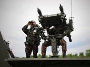 Maďarští vojáci procvičují zachytávání cílů sprotiletadlovým kompletem Mistral