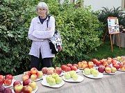 Jarmila Šímová ze Žatce na výstavě ovoce v zahradě Křížovy vily
