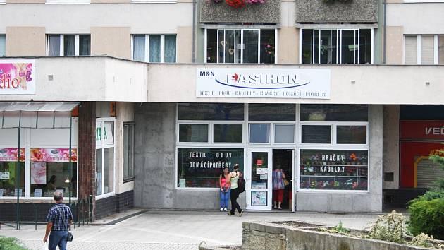 Obchod Fasihon na Suzdalském náměstí v Lounech. Odtud policie vyvedla a zadržela jednoho muže
