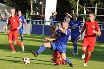 Fotbalisté Loun (v modrém) vydřeli první divizní body v penaltovém rozstřelu.