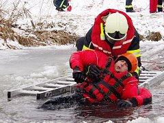 Dobrovolní hasiči si po příchodu zimních podmínek ve druhé polovině ledna vyzkoušeli, jak těžké je dostat na břeh člověka, který se tenkým ledem probořil do vody.