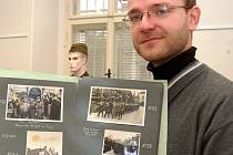 Ředitel žateckého muzea Jiří Kopica představuje exponáty výstavy, pořádané k výročí podepsání Mnichovské dohody v roce 1938.