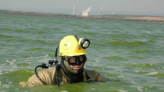 Potápěč Jan Bečkovský pracuje v zelené vodě Nechranické přehrady.