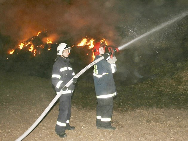 Hasiči při zásahu u požáru stohu nedaleko Velemyšlevsi