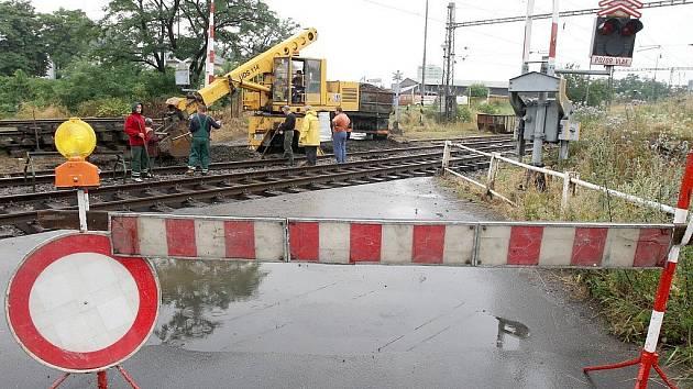 Oprava železničního přejezdu na trase ze Žatce do Staňkovic na archivním snímku z roku 2008.