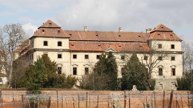 Zámek v Postoloprtech, stav v březnu 2016. V památkové budově například není snad ani jedno zasklené okno.
